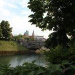 宿の前からリュブリャナ城を見る