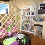 Une table de la salle de restaurant de La Cyber Taverne et le coin détente avec livres et jeux