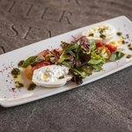 Apulische Burrata, bunte Tomaten, Basilikum