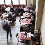 Der Cafébereich bietet Wiener Kaffeehaus-Flair