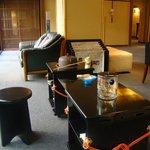 Sala accanto alla reception con angolo per la cerimonia del te