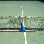 Campo da tennis con rete in malora