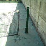 Campo da tennis con rete malandata