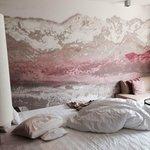 Camera, con salottino, parete affrescata