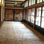Corredor e porta com pintura japonesa