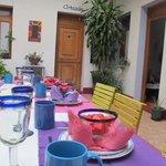 Mesa en el patio central donde se desayuna