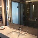 Badezimmer: viel Ablagefläche, große Spiegel, sehr sauber