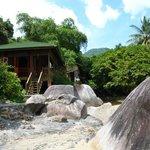 Chalet nr.1, midden tussen de jungle, de rotsen en de zee. (103993281)