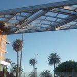 El hotel se ubica sobre la costanera de Santa Monica.