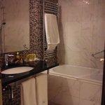 Baño completo con bañera,secador y geles de baño
