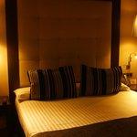 Dormitorio doble con cama matrimonio tamaño King Size, tv canales satélite,a/a y minibar