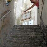 La escalera es 5 veces más grande que la porción que sale en la foto !