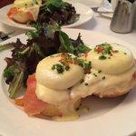Eggs Benedict com salmão defumado.