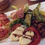 Antipasti Aposto mit Parma, Melone, Mozzarella, Bruschetta und eingelegtem Gemüse.