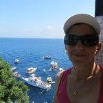 Melania con vista de Capri