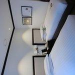 酒店設備齊全,innisfree洗臉清潔用品,還有牙膏牙刷風筒。