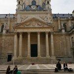 Приятно посидеть на ступеньках внутреннего дворика Сорбонны