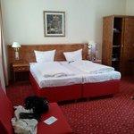 Großes Bett und geräumiger Schrank