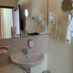 Sauberes Bad mit Kosmetikspiegel usw