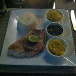 Jobfish grigliata con contorno di papaya, spinaci, zucca, riso, salsa creola e pimenta