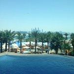 Piscina e spiaggia dell'albergo (con vista su New Dubai)