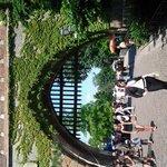 Ворота замка, который находиться справа от площади.
