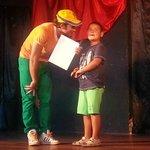 Con Danny dandole el diploma