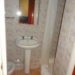 badkamer, alles oud, douche redelijk werkend, toilet gebruiken maar geen toiletpapier doorspoele