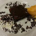 Brownie al cioccolato con gelato-Chocolate brownie with ice-cream