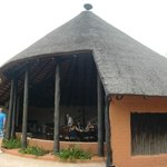 """De """"luchtige"""" eetzaal van Mopane Bush Lodge"""