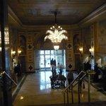 lustre en crital dans l'entrée de l'hotel