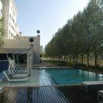 Het heerlijke zwembad met de ligstoelen in het water!