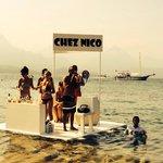 Quand on a soif et faim à la plage pinède, Nico est au top avec l'équipe GO!!! Le bar flottant a