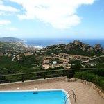 Blick von Villa 8b auf den Pool und Costa Paradiso