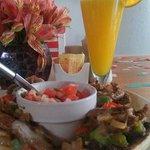 Molletes de arrachera y jugo de naranja