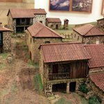 Modell eines Dorfes in einer Vitrine