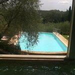 la splendida piscina esterna vista dalla piscina idromassaggio