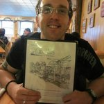 Meu marido com o cardápio do restaurante