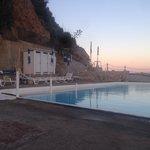 Tramonto bordo piscina e fronte mare