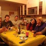 En la Cocina compartiendo Pasteles y Bebidas con diferentes Nacionalidades en ambiente familiar.
