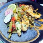 Joues de bar et poulpes sautées à l'ail, persil et câpres, coulis de tomate au safran et petits