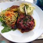 Tartare de boeuf à la grecque (Anchois, olives tomates confites et purée de mamie)