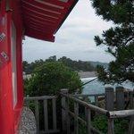 祠から桂浜を見る