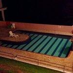La piscina en la noche.