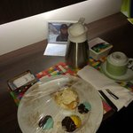 Sobremesas, agua quente, variedade de chás, uma mensagem personalizada e...um porta retratos com