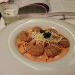 Fetuccini con salsa de locoto y camarones apanados en quinoa