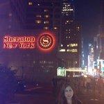 Vista nocturna de Times Square desde la entrada del Hotel