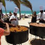 Chefs preparando uma deliciosa paella na praia