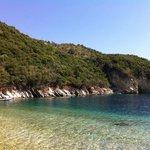 Spiaggia a 2 minuti da quella principale, si raggiunge a nuoto, gommone o pedalo in affitto dai