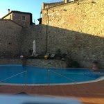 der Pool, tagsüber in Sonnenlage